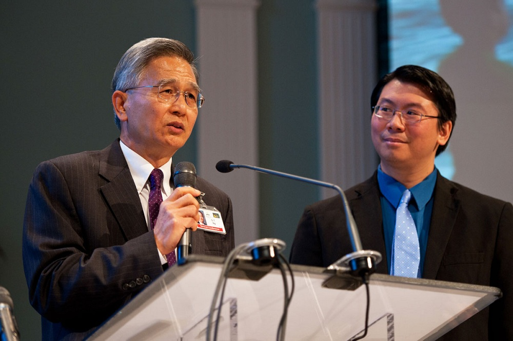 Secretário da igreja no mundo, GT Ng, à esquerda, apresenta ao Conselho Anual de Delegados Andrew Kuntaraf, o diretor do novo escritório de Software Membership Adventista. Foto: Ansel Oliver