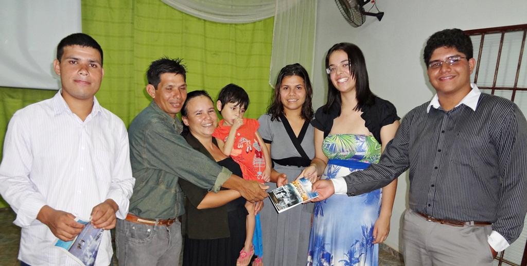 José Adriano e Ana Paula, (a direita) com a família Arguelho. Foto: Davi Guerrero