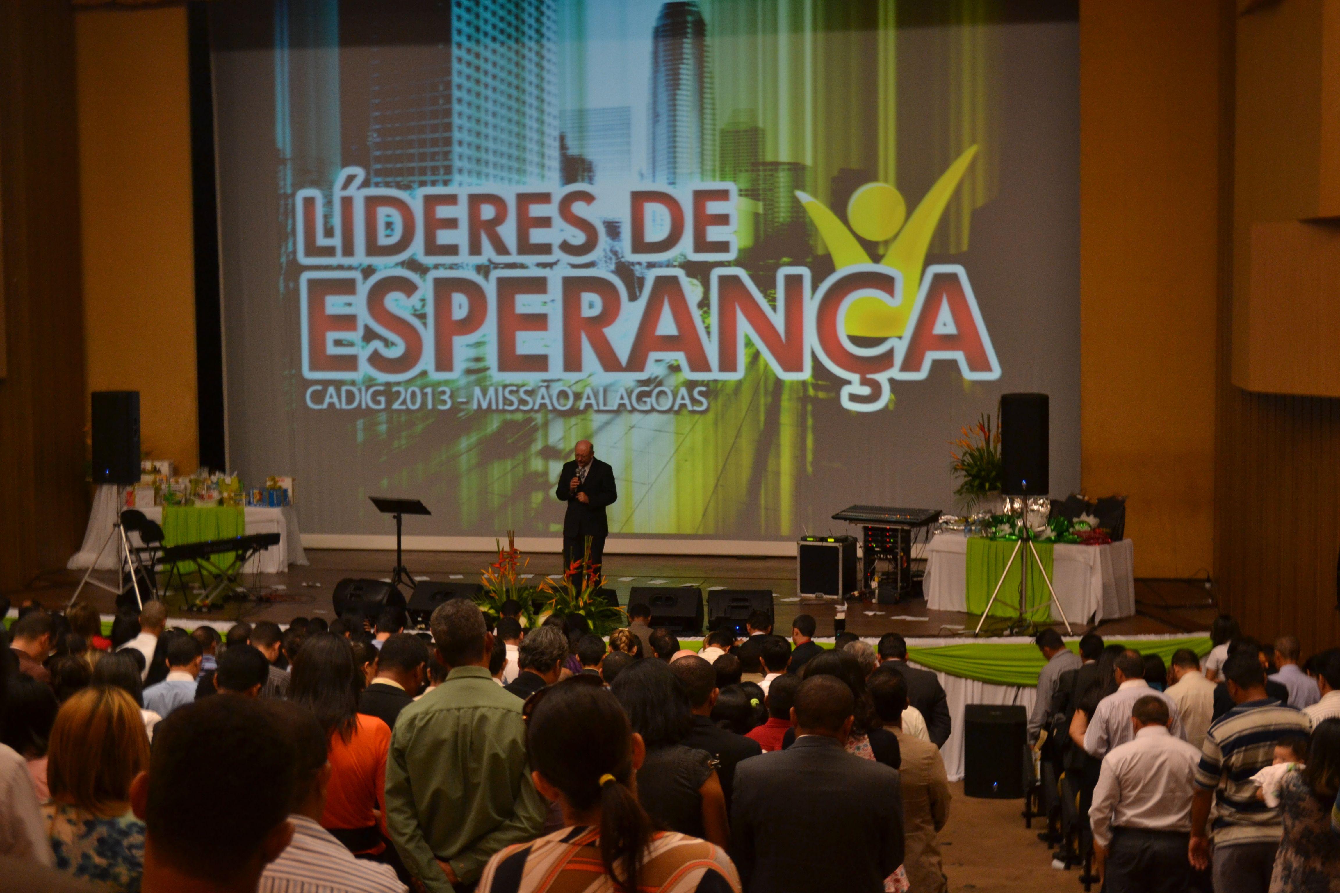 Líderes de igrejas locais são motivados ao serviço.