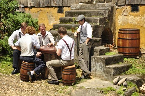 Grupo de atores tem profissionais e voluntários.