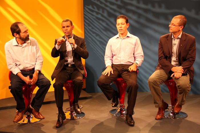 Da esq. para a dir., doutores Nahor Neves, Rodrigo Silva, Wellington Silva, e o jornalista e pastor Michelson Borges.