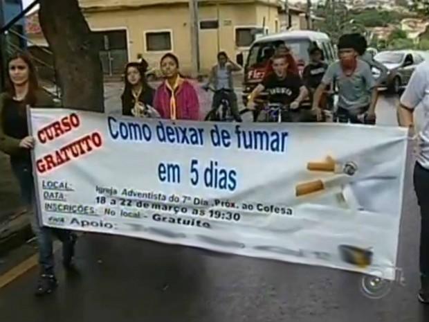 Ação segue até sexta-feira (22) na igreja Adventista do 7º Dia. Curso 'Como Deixar de Fumar em 5 Dias' é gratuito.