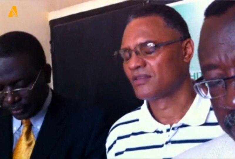 O pastor adventista Antonio Monteiro, centro, ora durante recente visita com líderes da Igreja na Prisão Civil de Lomé, onde foi detido sem fiança por um ano. Os esforços em curso para garantir a sua libertação incluem uma campanha de sensibilização e esforços diplomáticos nos bastidores.
