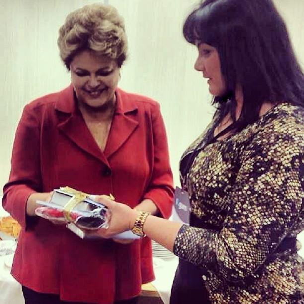 Presidente Dilma Roussef recebe das mão da advogada Claudia Sarmento livros e DVD's da Igreja Adventista