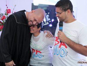 Pastores Diego Barreto (esquerda) e José Flores Júnior (direita) durante o batismo de Elaine Araújo (centro)