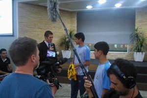Fred recebe camisa da Copa 2014 feita para os alunos durante os dias de jogos. (Fotos: EANIG)