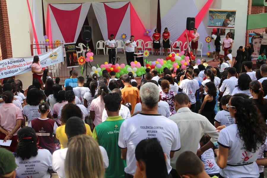 Concentração realizada na concha acústica de Itapetinga pela campanha Quebrando o Silêncio.