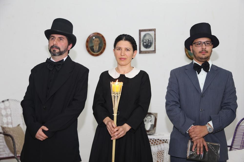 Membros caracterizados dos pioneiros da igreja contagia congregação.