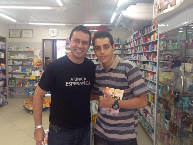 Na farmácia, jovem webespectador do Código Abeto recebe o livro da esperança