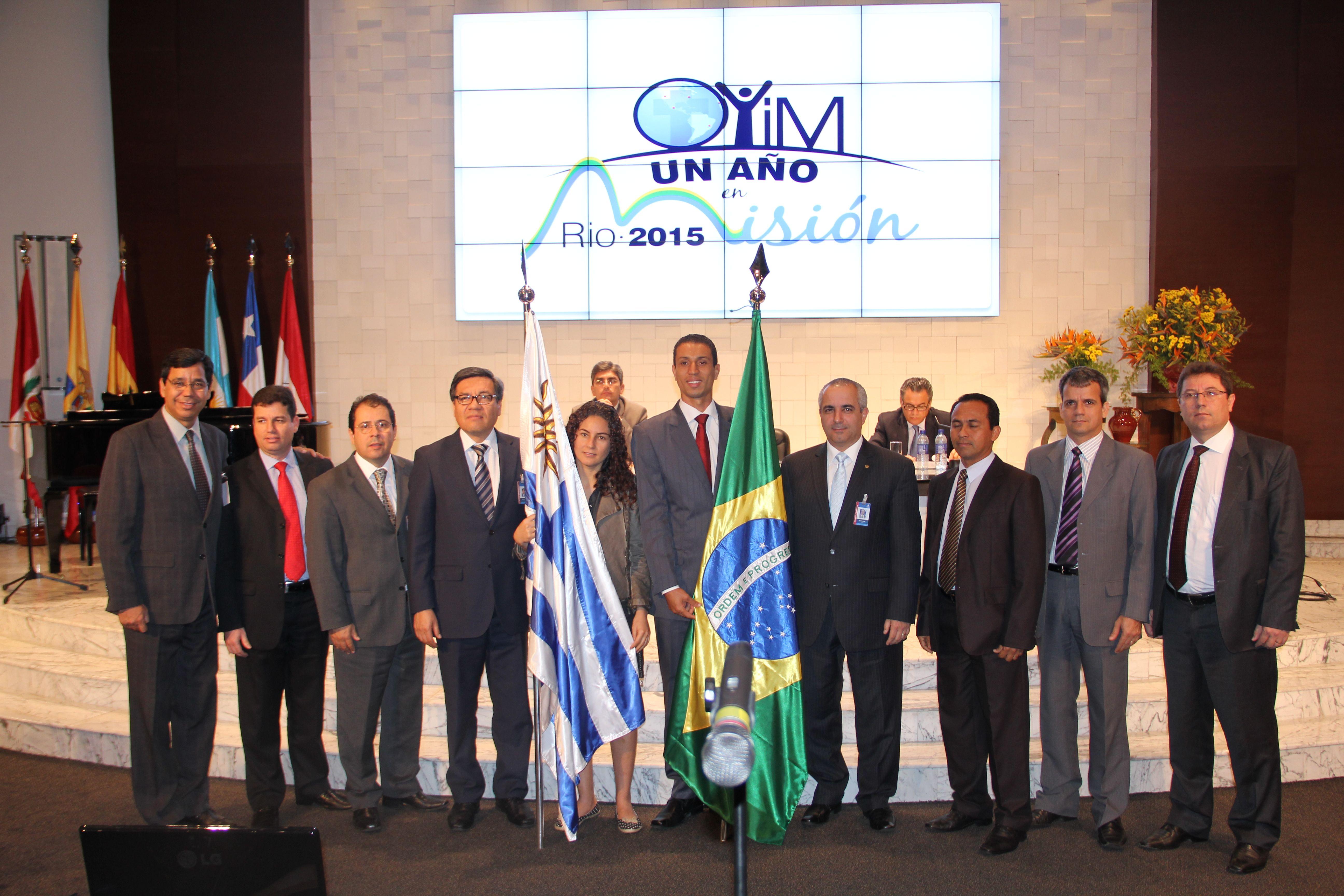 Ao centro, com a bandeira do Brasil, o jovem Leonardo Raimundo que vai liderar a equipe que atuará no Rio de Janeiro.
