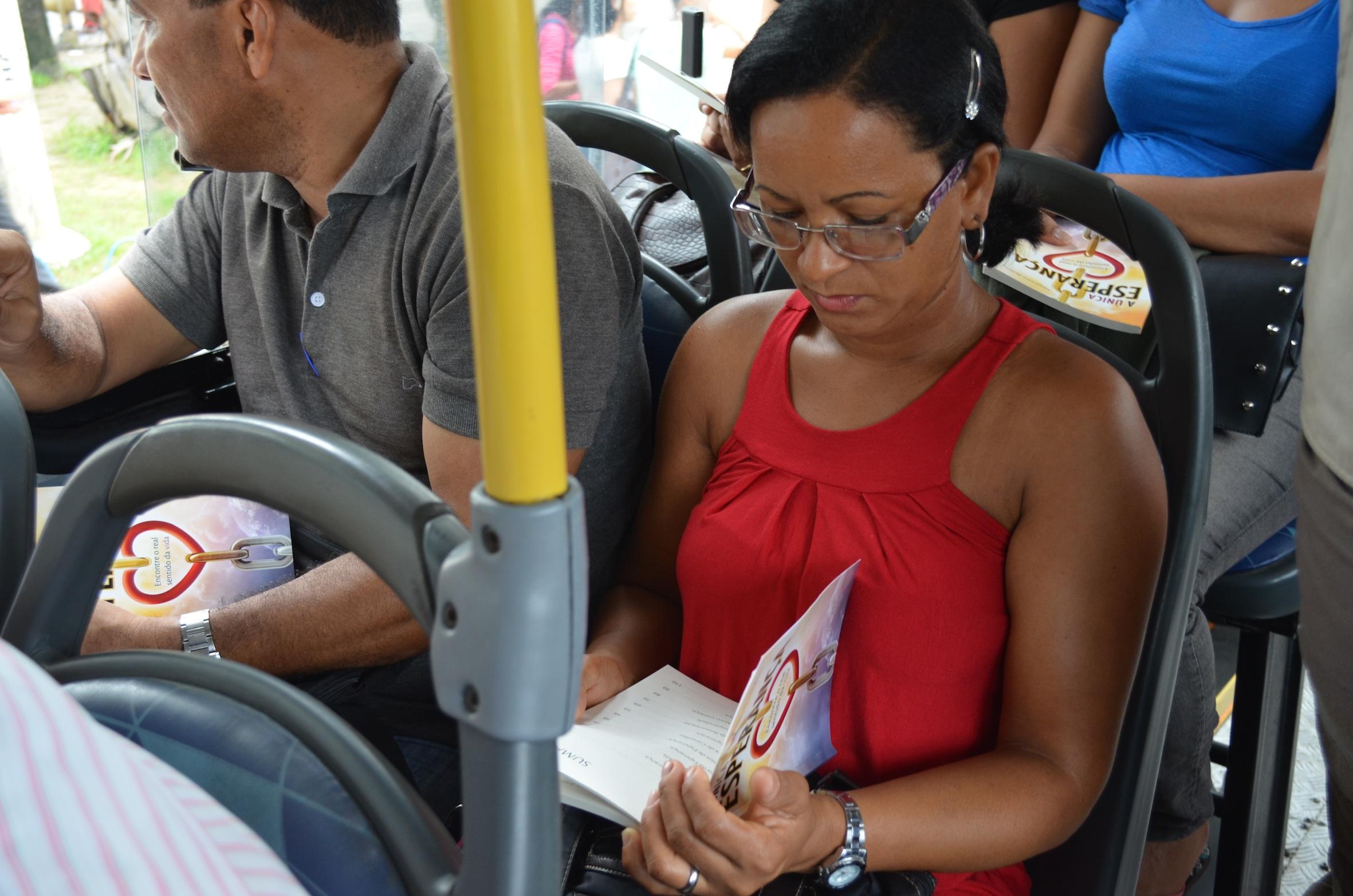 Nos coletivos urbanos, o livro da esperança chegou às pessoas