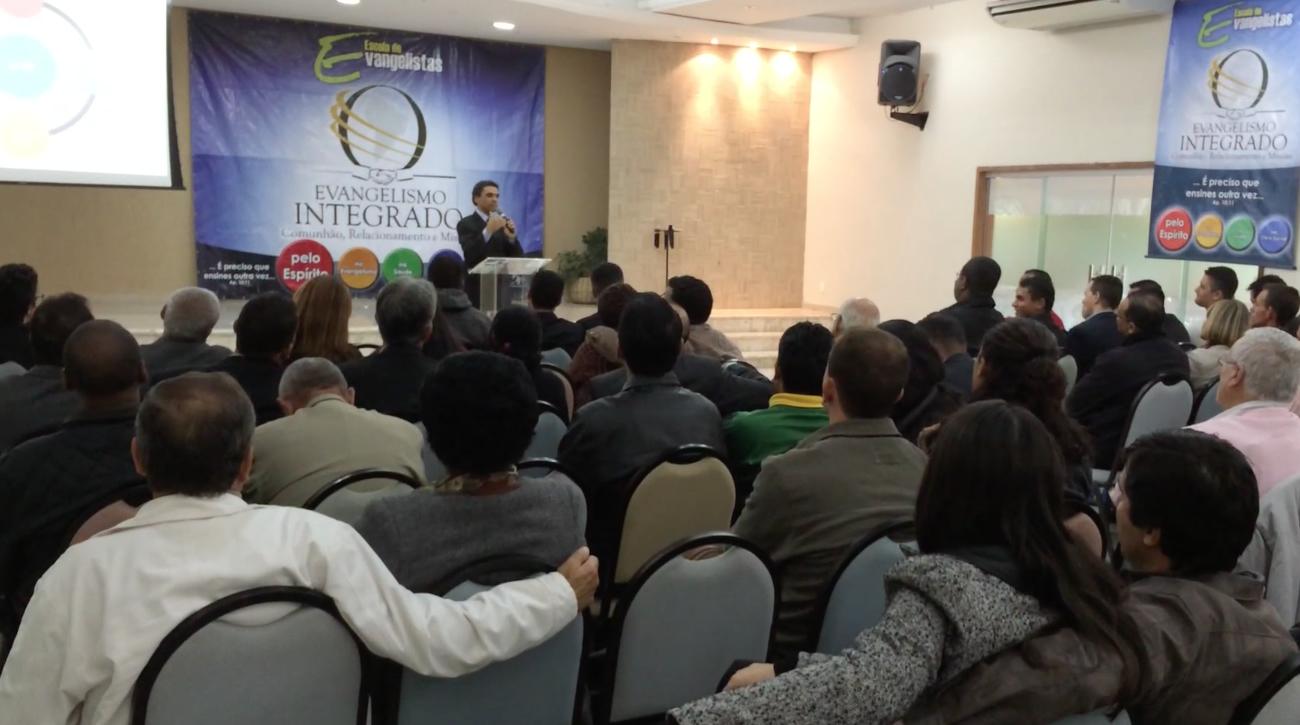 Escola de evangelismo tem 70 voluntários