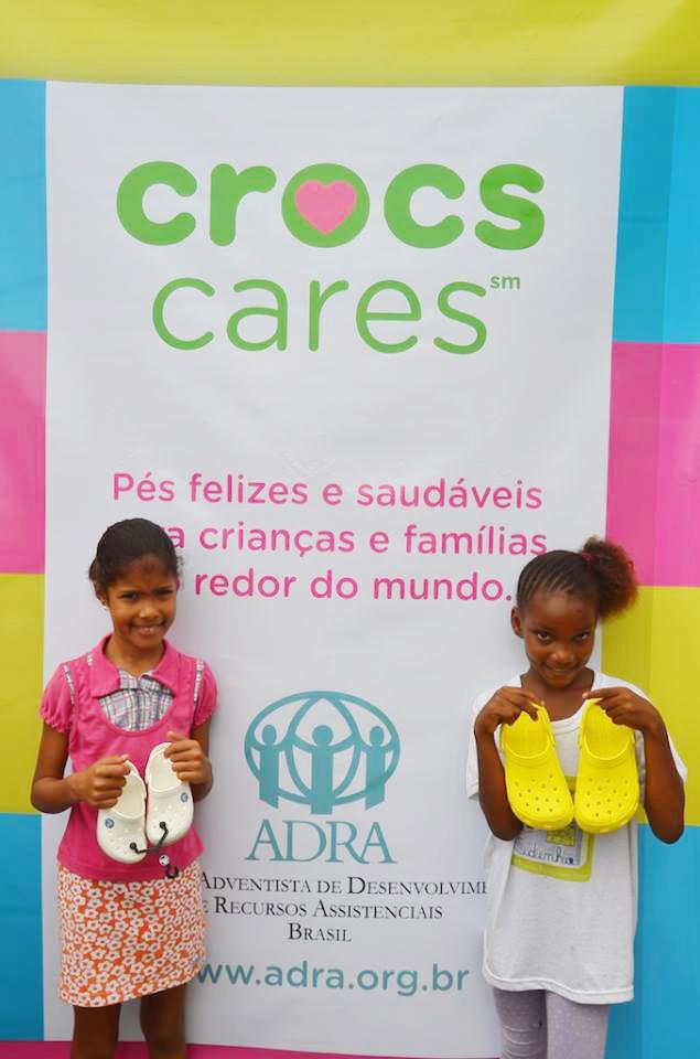 ADRA-e-Crocs-distribuem-4-mil-calcados-para-pessoas-carentes4