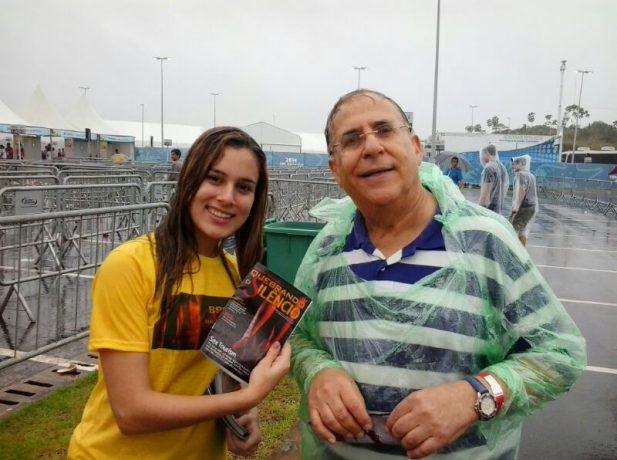 Adventistas-distribuem-revistas-em-ingles-para-turistas-em-Recife3