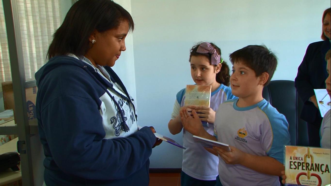 Alunos-da-Escola-Adventista-formam-a-Corrente-dos-Amigos-de-Deus2