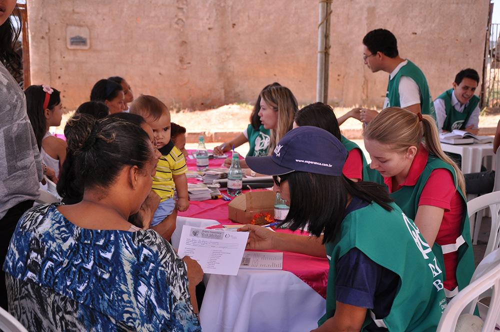 Distribuicao-de-livros-e-projeto-social-geram estudos-biblicos