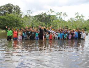 Cerca de 30 índios foram batizados em Roraima.