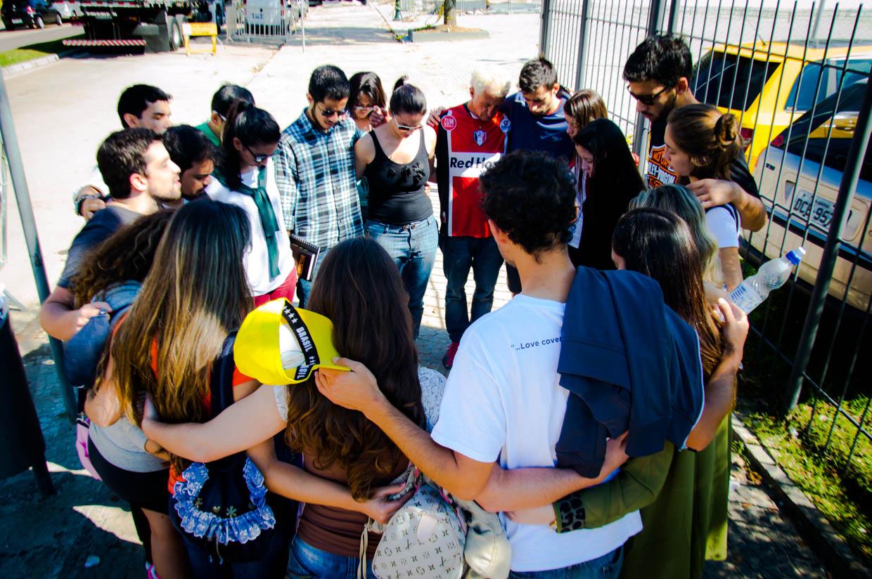 Em Curitiba, um grupo de jovens adventista se uniu à dupla para orar