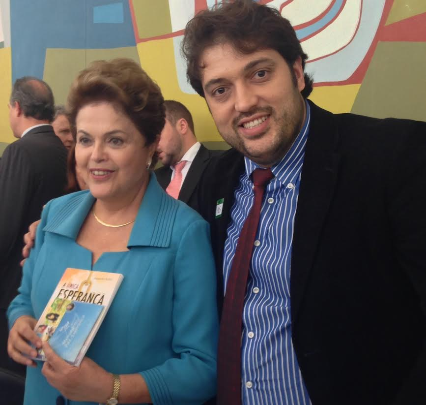 Adventista com a presidente e o livro missionário