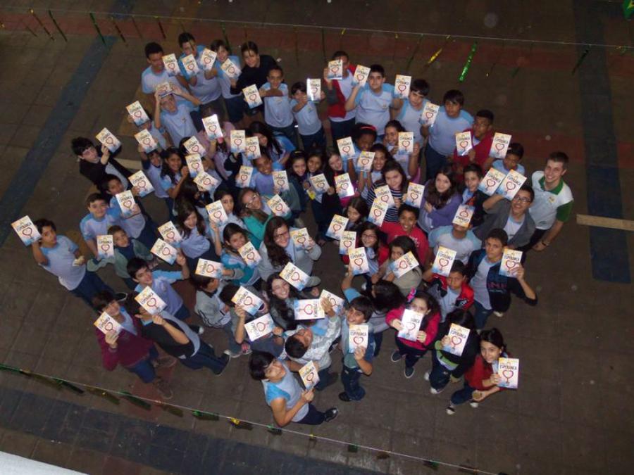 Alunos da Educação Adventista mostram exemplares de A única esperança, distribuídos no último sábado