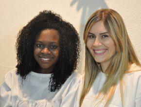 Eunice Gomes (esquerda) com a sua amiga Marjory que ajudou na sua decisão ao batismo.