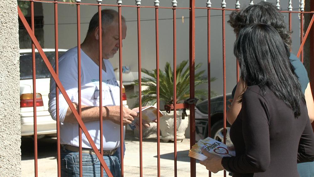 Membros da igreja do Jardim Campos Verdes distribuem 2 mil livros e contaram com ajuda dos desbravadores.