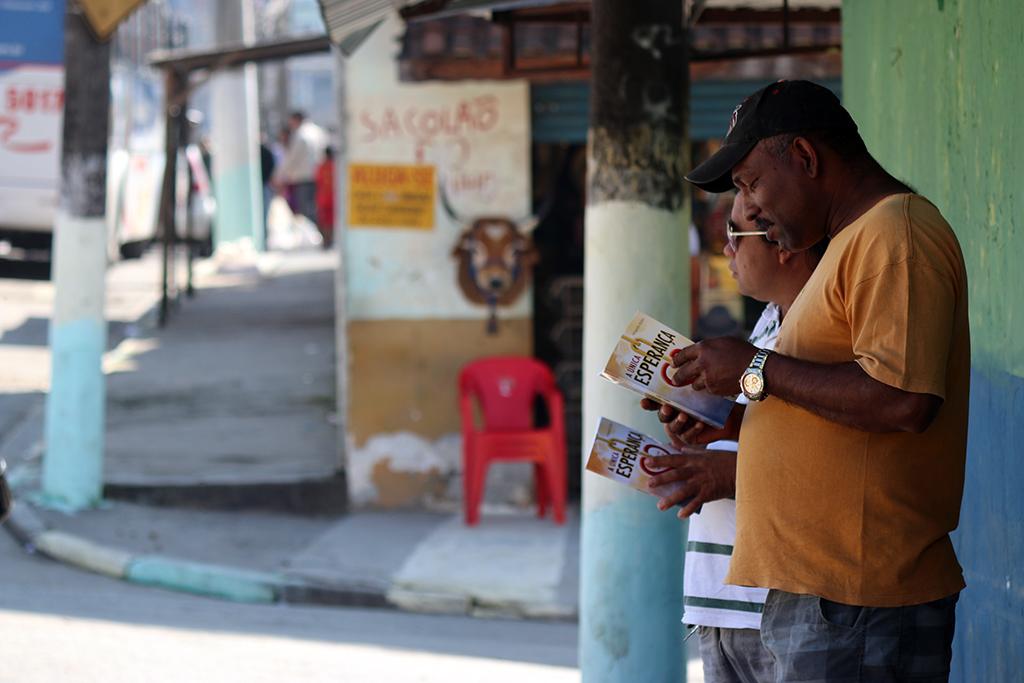 Moradores da Zona Sul de São Paulo leem A única esperança. Livros foram entregues por alunos do Unasp-SP no último sábado, 31 de maio