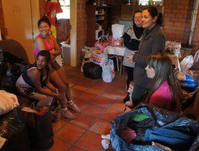 Família auxiliada de Viamão (RS) pelo Coral Jovem de Porto Alegre recebe varios donativos