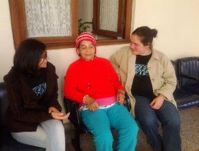 Coristas distribuem livros e carinho aos residentes do Asilo Padre Cacique