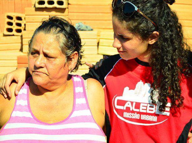Estudantes visitam casas e orientam moradores sobre saúde e bem-estar