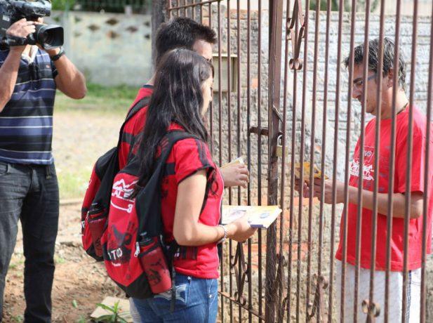 Voluntários desenvolvem atividades em prol das comunidades, como conscientização, limpeza de praças, revitalização de casas e serviços sociais