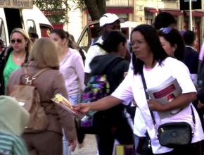 Participante do ato entrega revista Quebrando o Silêncio para pedestre interessado
