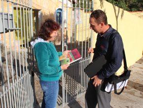 Fernando jardim trabalha 14 anos com venda de livros e revistas. Este anos se formou no Curso de teologia com recursos das vendas.