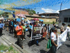 Cerca de 400 pessoas participaram da passeata azul