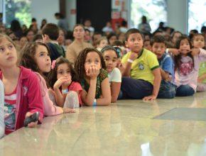Atentas à programação, crianças aprendem sobre a Bíblia (Foto: Wellington Andrade)