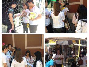 Voluntários conscientizando as pessoas sobre a doação de medula óssea.