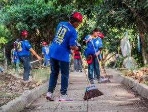 Calebes limpam praça. Cerca de 80 cidades paulistas foram beneficiadas com as ações