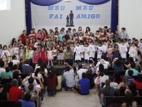 Coral da Escola Adventista de Ji-Paraná faz homenagem aos pais.