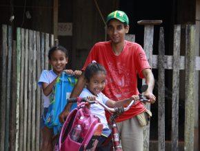 Elias pedala 25 minutos para levar as filhas para a escola