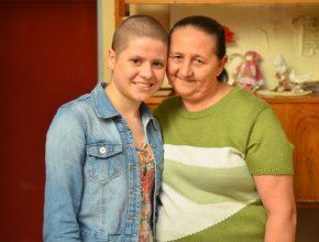 Em casa, Naquiele (à esq.) e sua mãe aguardam a chegada da nova peruca (foto: Wellington Andrade)