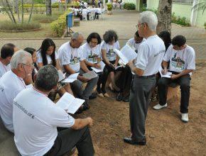 Os participantes recebem materiais de estudo que ressaltam o método de Jesus.