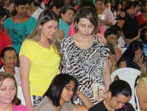 Momento de oração com as amigas visitantes.