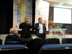 Pastores Maurício Lima e Volnei Porto, da USeB, dão as primeiras orientações do encontro
