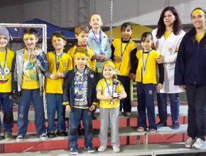 Os alunos que participaram das atividades também receberam premiações no fim das gincanas.