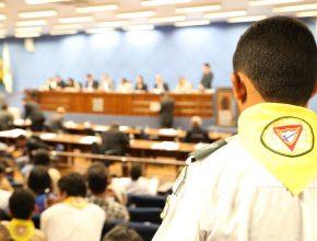 Desbravador assiste a votação na Câmara de Campinas.