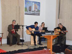 [Foto: IASD Miraguaí] - A programação contou com música ao vivo.