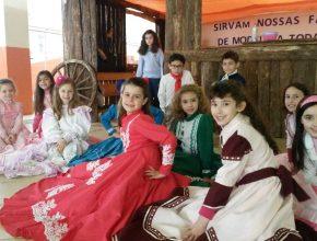 [Crédito foto: EAI ] Alunos se vestiram com roupas tradicionais gaúchas.
