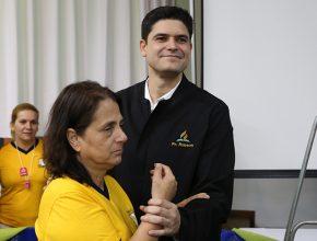 Josiane Oliveira sendo batizada pelo Pr. Robson Menezes.