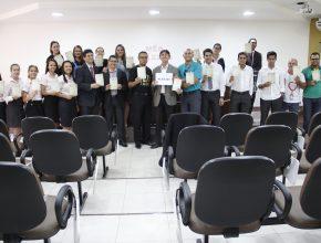 Funcionários da Igreja Adventista no Sul de Rondônia recebem o primeiro exemplar da Lição da Escola Sabatina em Português.