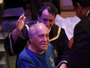 Luiz Souza (azul) conclui o sonho que teve há algum tempo atrás sendo batizado pelo pastor Luís Gonçalves